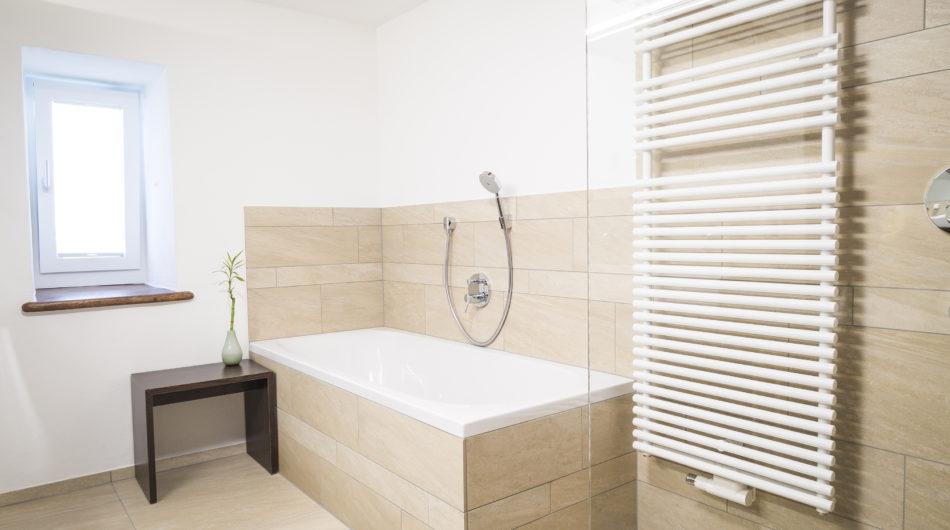 Referenz Dorfinstallateur Badsanierung Vollbad Badewanne Handtuchheizkörper