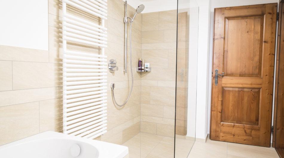 Referenz Dorfinstallateur Vollbad Badsanierung Dusche Badewanne
