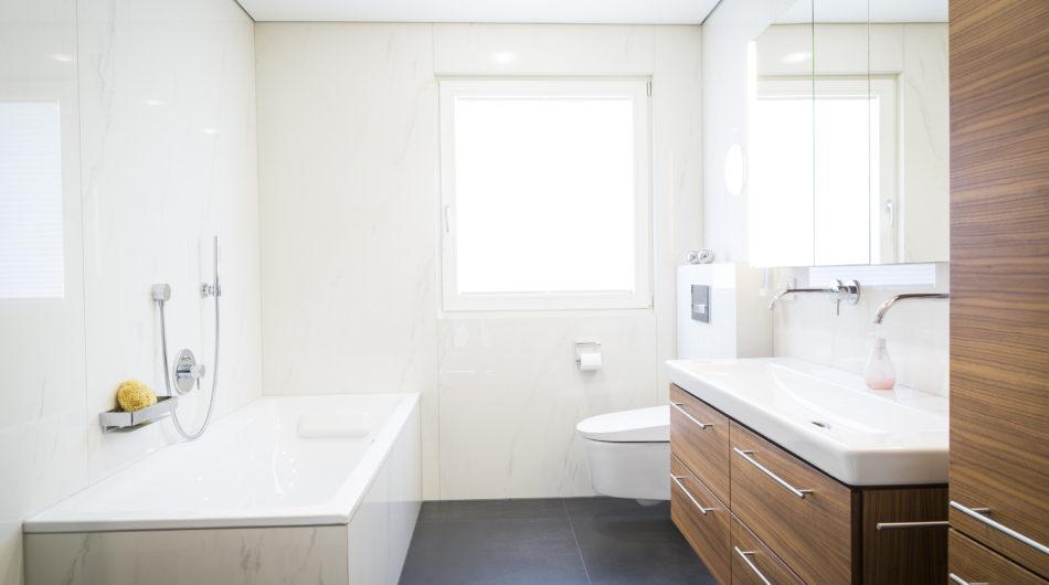 Referenz Dorfinstallateur Vollbad Badsanierung Klaus Badewanne Dusch-WC Waschbecken