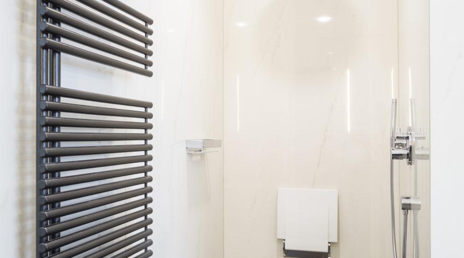 Referenz Dorfinstallateur Vollbad Dusche Duschsitz Handtuchheizkörper