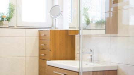 Referenz Dorfinstallateur Vollbad Weiler Badsanierung Dusche Waschbecken Spiegel