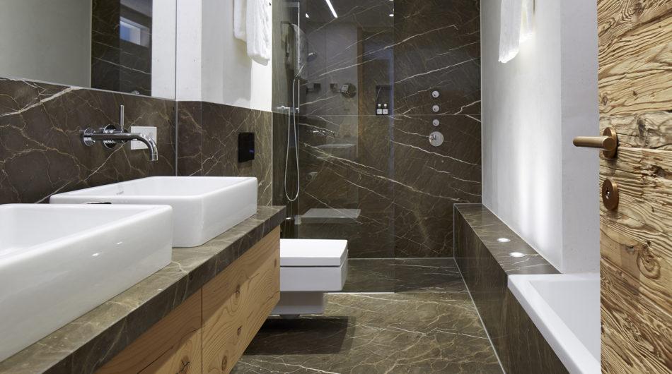 Referenz Dorfinstallateur arlberg1800 Chalet Suiten St. Christoph Bad mit Dusche und WC und Waschbecken