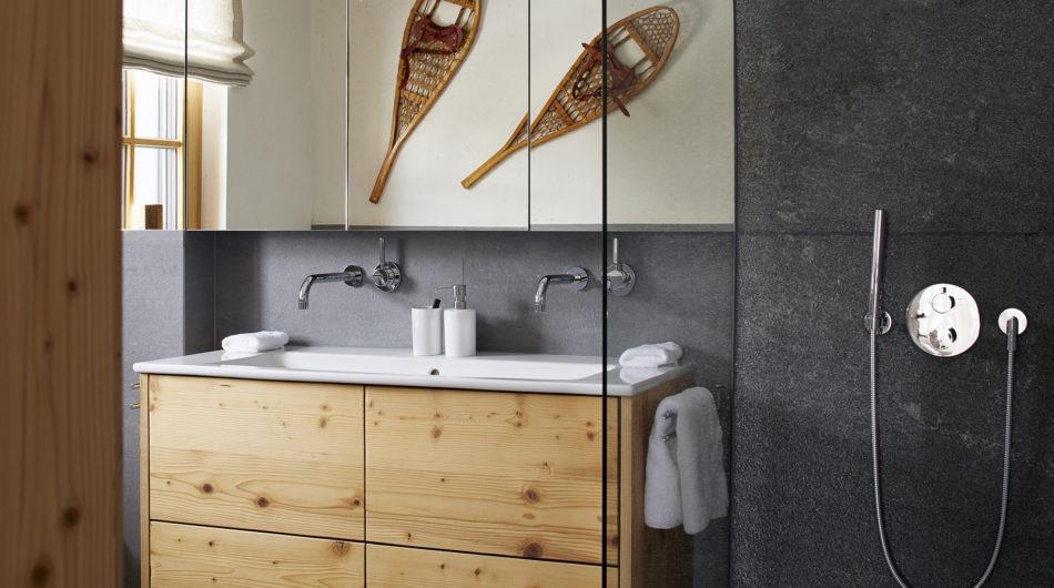 Referenz Dorfinstallateur arlberg1800 Chalet Suiten St. Christoph Bad mit Waschtisch und Dusche