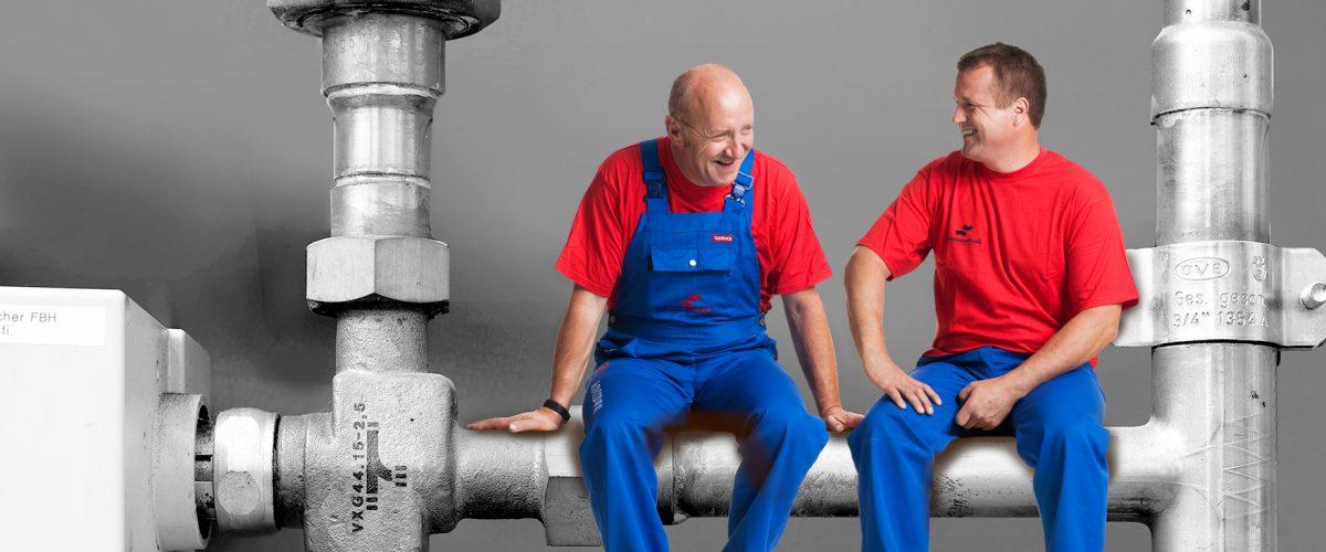 Mitarbeiter Dorfinstallateur Heizungsservice Klimatechnik auf Leitung