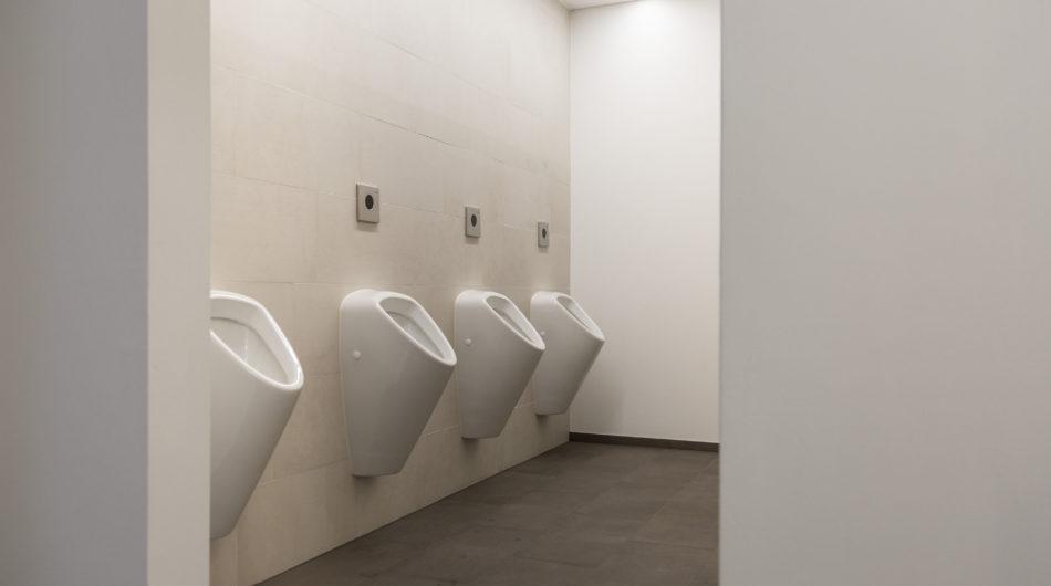 Referenz Mehrzweckgebäude Buch Vorarlberg Sanitär Pissoire