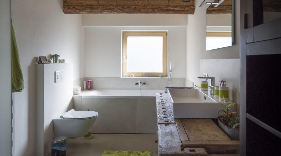 Referenz Altbausanierung Röthis Haus Bad Waschbecken Badewanne, Vorarlberg